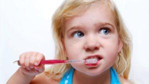 kā pareizi iztīrīt zobus